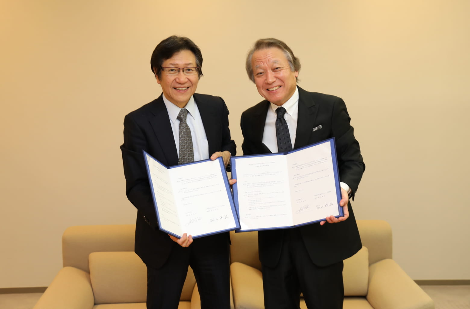 東京オペラシティ文化財団 理事長:松山 保臣氏(左)、国立音楽大学 学長:武田 忠善氏(右)
